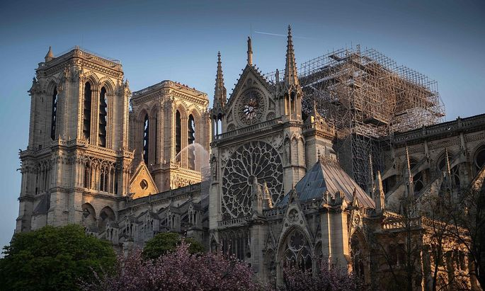Das Baugerüst von Notre-Dame in Paris hielt dem Feuer stand.