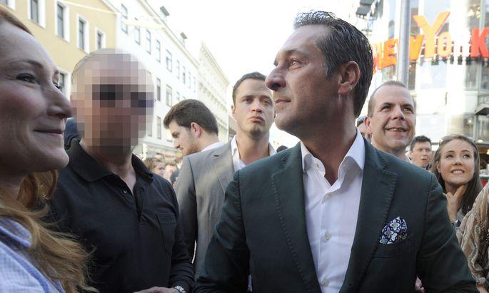 Der damalige FPÖ-Chef Heinz Christian Strache und sein Sicherheitsmann (l.) im Rahmen einer Wahlkampfveranstaltung in Wien am 22. Mai 2014.