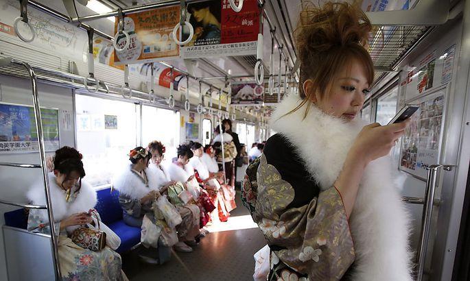 Eine junge Japanerin spielt am