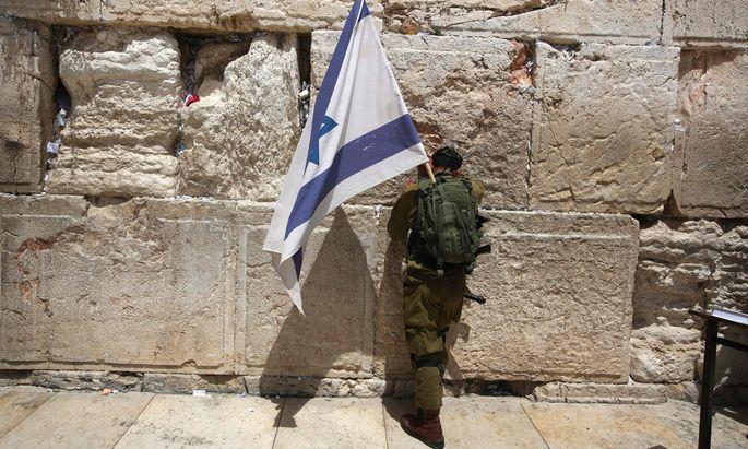 Ein Soldat betet an der Klagemauer in Jerusalem. Die Omnipräsenz von Waffen und Militär stärkt das Sicherheitsgefühl