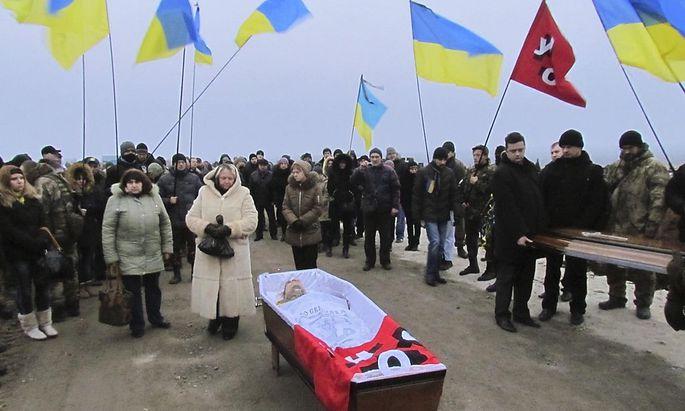 Bestattung eines Opfers des Angriffs auf Mariupol.