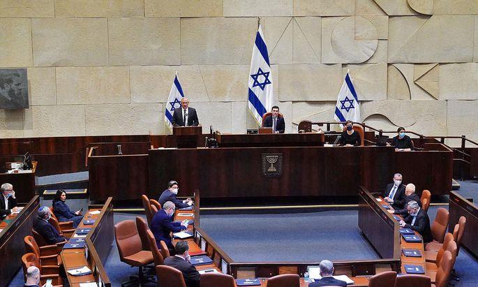 Neue Eintracht: Die Koalition von Ministerpräsident Benjamin Netanyahu und Ex-Armeechef Benny Gantz soll die längste politische Krise des Landes beenden.
