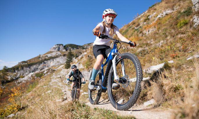 Die elfjährige Mila machte mit ihrer Familie und dem größeren Woom-up die Bike Trails am Loser unsicher.