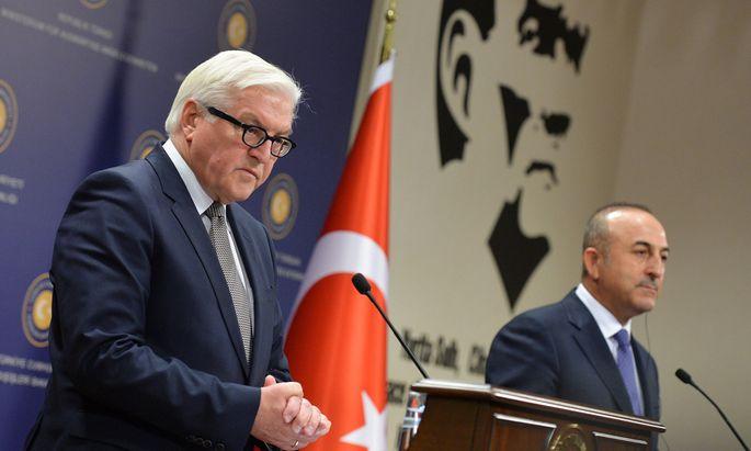 Steinmeier, Deutschlands Außenminister (l.), und ?avuşoğlu, sein türkischer Amtskollege, in Ankara.