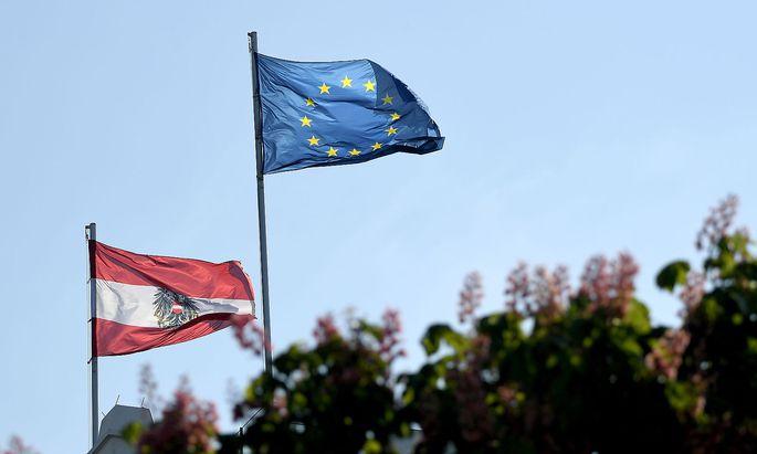 In einer aktuellen Umfrage zur EU-Wahl führt die ÖVP vor der SPÖ und der FPÖ.