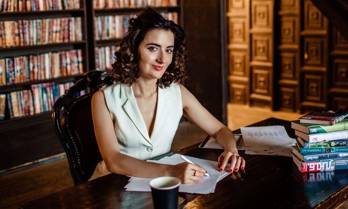Alissa Ganijewa hat viele Talente: Die Schriftstellerin ist auch als Literaturkritikerin und TV-Moderatorin tätig.