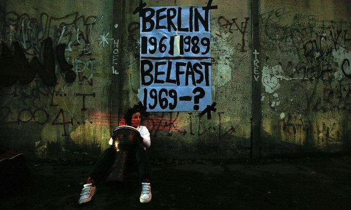 Eine Frau fordert die Wiedervereinigung Irlands.