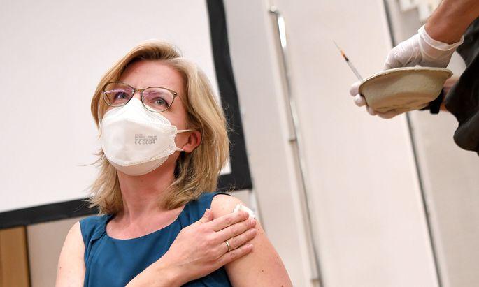 Infrastrukturministerin Leonore Gewessler (Grüne) bei ihrer Covid-19-Impfung am 31. Mai 2021.