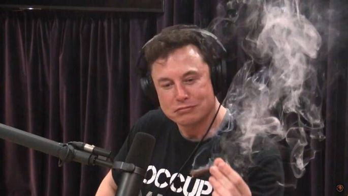Elon Musk rauchte vor laufender Kamera einen Joint, dem Konzern Tesla laufen die Manager davon