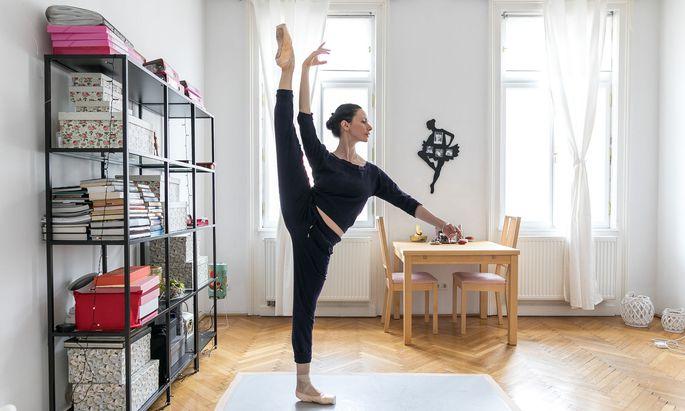 """Liudmila Konovalova trainiert auch daheim täglich: """"Man geht immer noch weiter, um sich zu verbessern und dem Publikum die Schönheit und Leichtigkeit dieses Berufes zu übermitteln. Dafür muss man sich auch quälen."""""""