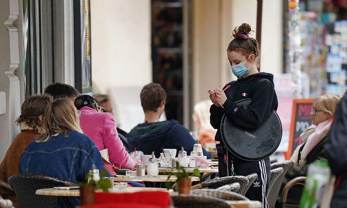 Die OECD bringt als Beispiel die Gastronomie: Im Durchschnitt der Mitgliedsländer seien 40 Prozent aller Beschäftigten im Gastgewerbe Migranten.