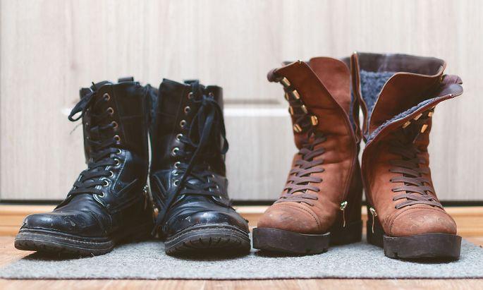 Respektlos oder sinnvoll? Schuhe im Hausgang.