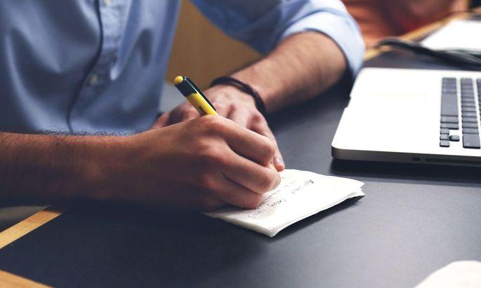 Schreiben ist ein Prozess. Der Text muss nicht auf Anhieb passen. Wichtiger ist, dass man ihn vor der Weiterleitung noch mal prüft und überarbeitet.