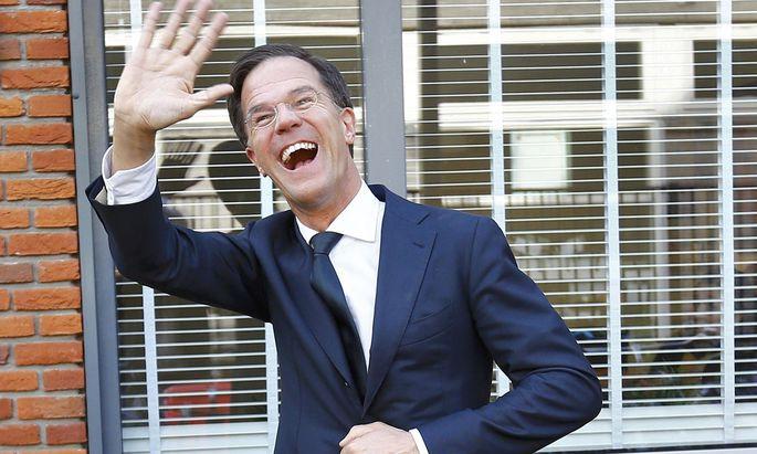 Mark Rutte, hier beim Wahllokal, hat Grund zum Jubeln.