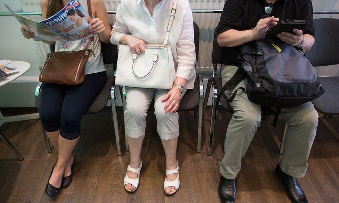 Suchen Ordinationen auf, ohne wirklich krank zu sein – ältere Patienten, die vor allem eines brauchen: Gesellschaft.