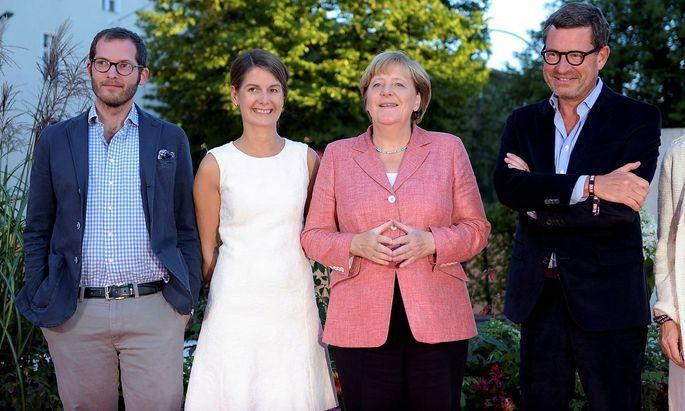 """Archivbild der damaligen """"Bild""""-Führung mit der deutschen Kanzlerin Angela Merkel (2.v.re.): Julian Reichelt (li.), Tanit Koch (2.v.li.) und Kai Diekmann (re.)."""