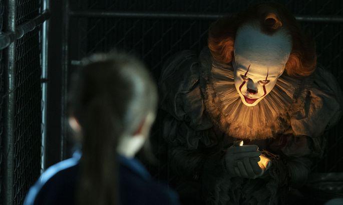 Killerclown Pennywise (Bill Skarsgård) nährt sich von den Ängsten seiner Opfer. Alle 27 Jahre kommt er wieder: Jede Generation bekommt ihren Spuk.