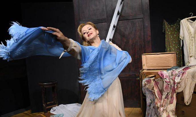 """Petra Morzé macht aus der bedauernswerten Blanche in """"Endstation Sehnsucht"""" von Tennessee Williams in Reichenau eine unbeugsame Lady: Grandios."""