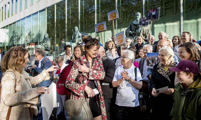 Marjan Minnesma führt das niederländische Klagsbündnis Urgenda an, hier umringt von Unterstützern im Vorfeld einer Gerichtsverhandlung in Den Haag.