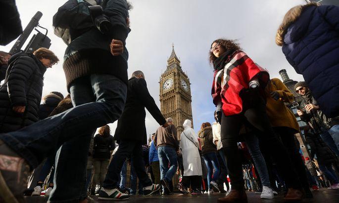 In Westminster tritt erstmals seit dem Falkland- Krieg das Unterhaus in einer Sondersitzung an einem Samstag zusammen.