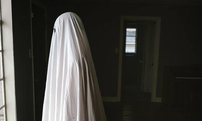 """Im Film """"A Ghost Story"""" sucht ein Mann seine Frau noch als Toter heim. Beim """"Ghosting"""" hingegen werden alle Brücken abgebrochen."""