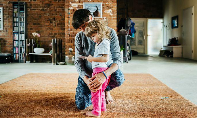 """""""Ein Kind leidet, wenn die Mutter berufstätig ist"""": Der Meinung sind in Österreich laut Studie die Hälfte der Befragten."""