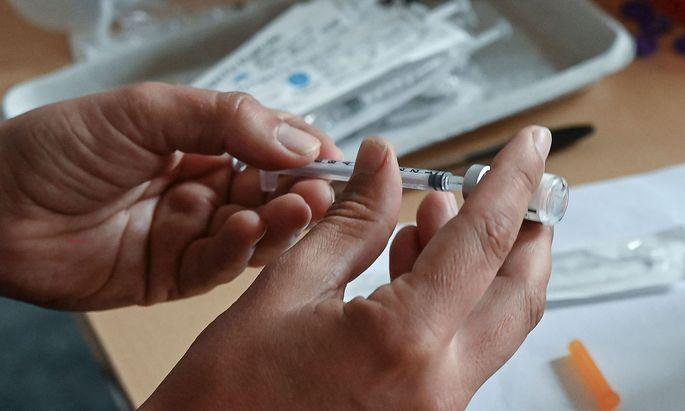 Archivbild. Die EU muss womöglich künftig mehr Geld für Impfstoffe von Biontech/Pfizer und Moderna ausgeben.