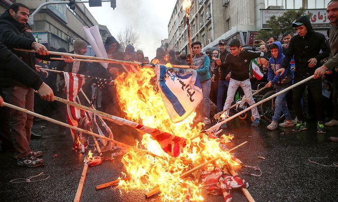 Iraner verbrennen am 40. Jahrestag der islamischen Revolution Flaggen der USA und Israels in Teheran.
