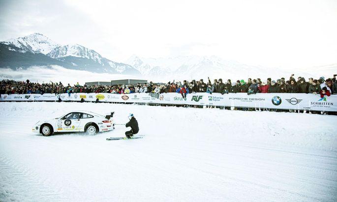 Oldtimer, Youngtimer und auch Elektroautos lieferten sich auf dem Eis ein Rennen.