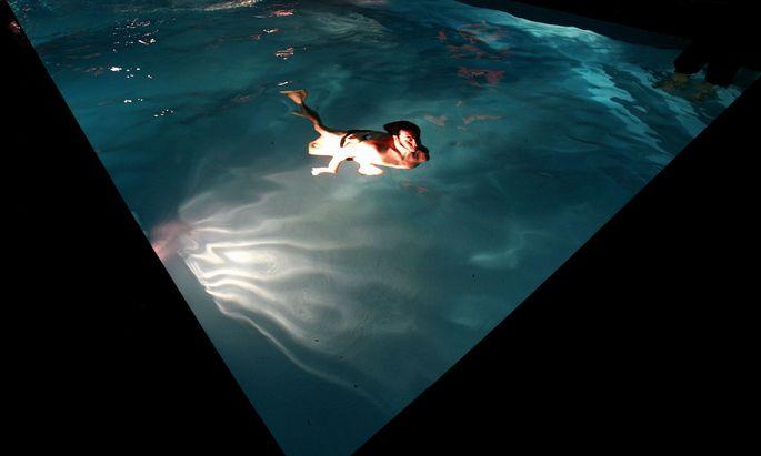 Ist ein Pool beleuchtet, macht das Baden auch am Abend Freude. Aber nicht immer dem Nachbarn.