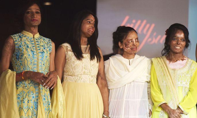 Opfer von Säureangriffen präsentierten Kollektionen von indischen Top-Designern.