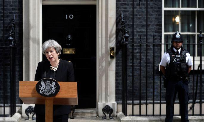 Die britische Premierministerin Theresa May kündigt eine härtere Gangart gegen den Terror an.