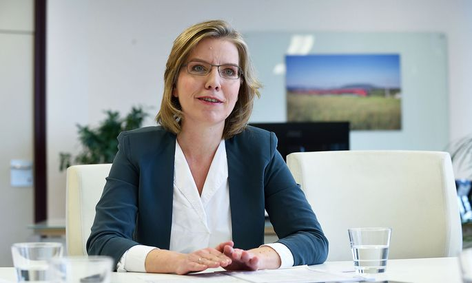 """""""Dicke SUVs werden teurer"""", sagt Umwelt- und Verkehrsministerin Leonore Gewessler. Klimaschutz soll aber mit wirtschaftlicher Vernunft unter einen Hut gebracht werden."""