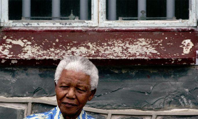 Mandela im Jahr 2003 vor dem Fenster seiner ehemaligen Gefängniszelle.