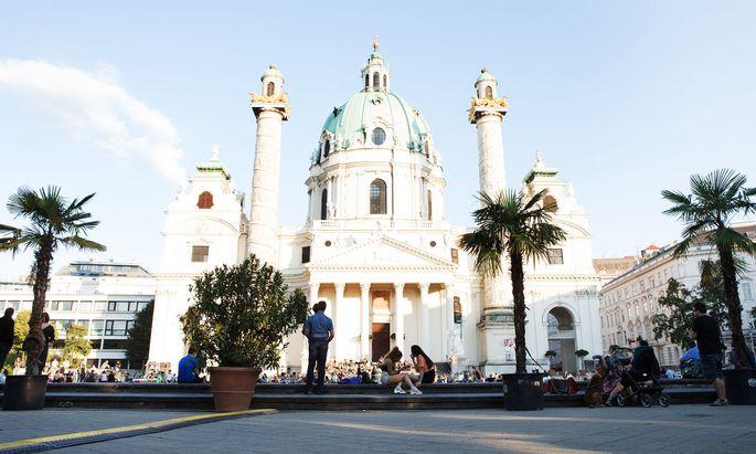 Ein bisschen hat man das Gefühl, dass der Karlsplatz an schönen Tagen gar nicht in Wien liegt. Das tut der Stadt durchaus gut.