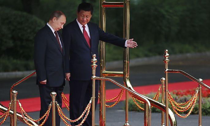 Wladimir Putin wird von Xi Jinping empfangen.