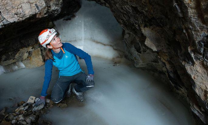 Auf einer dreiwöchigen Expedition in den Norden Grönlands wurden zahlreiche Proben des Minerals Kalzit aus Höhlen entnommen – sie enthalten wertvolle Informationen über das Klima der Vergangenheit.