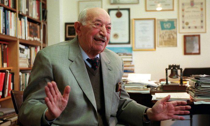 Der Gründer des jüdischen Dokumentationszentrums, Simon Wiesenthal, im Februar 2000 in seinem Büro in Wien.