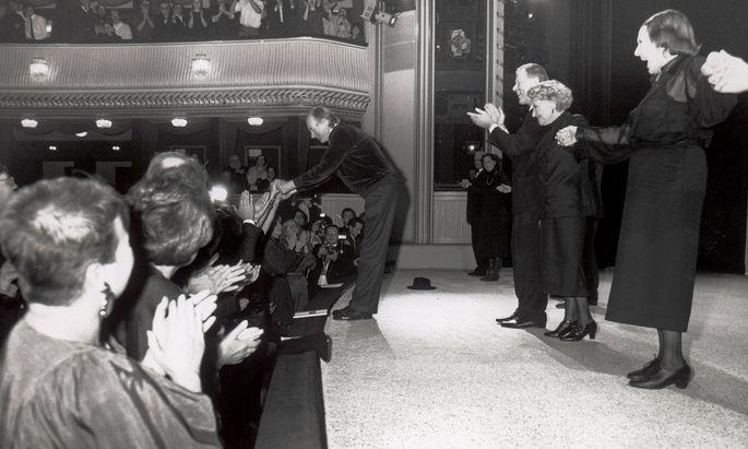 """Der letzte öffentliche Auftritt des Dichters: Thomas Bernhard an der Rampe, dahinter Claus Peymann nach der Premiere von """"Heldenplatz"""" am 4. 11. 1988 im Burgtheater."""