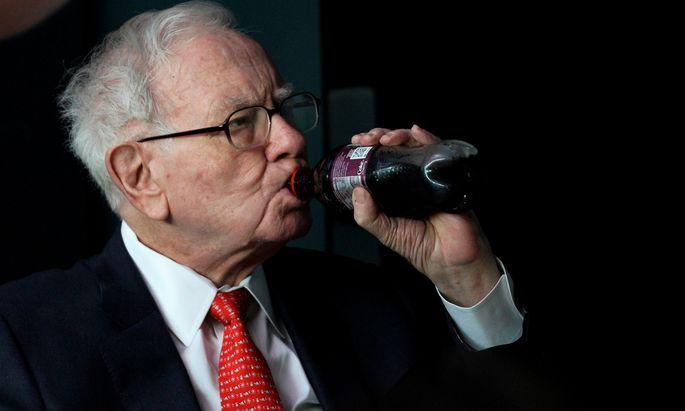 Warren Buffett, der drittreichste Mann der Welt, hat 1988 in Coca-Cola investiert. Seine Holding Berkshire Hathaway hält fast zehn Prozent der Anteile des Getränkekonzerns.