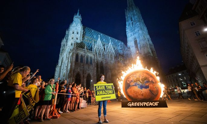 Greenpeace demonstriert am Stephansplatz gegen die Klimabilanz