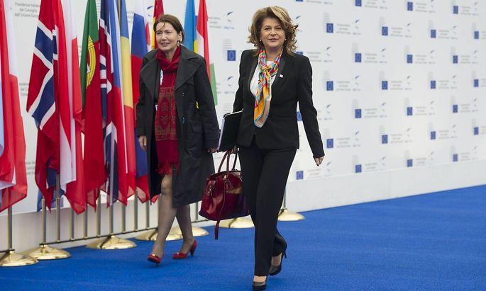 Rovana Plumb (r.) wird von den EU-Abgeordneten abgelehnt.