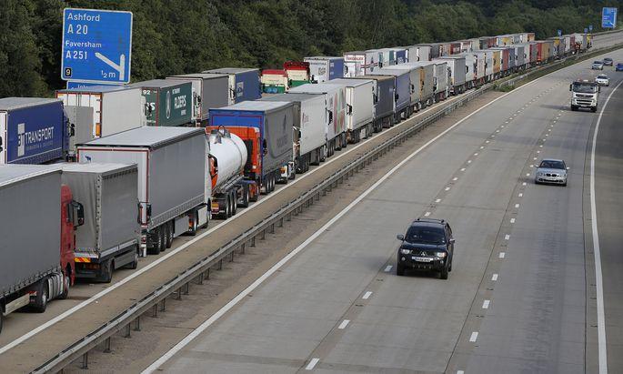 Stau auf der Autobahn M20, die von London aus zum Londoner Terminaltunnel in Ashford und zum Fährterminal in Dover führt.