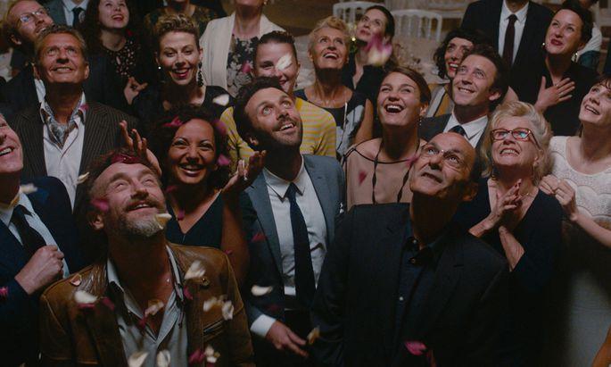 Der narzisstische Bräutigam entschwebt im Ballon, weil Mitarbeiter versehentlich die Seile loslassen. Rechts vorn: Jean-Pierre Bacri.