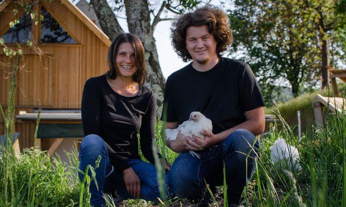 Katharina Birkl-Weiskopf und Patrick Birkl in ihrem Hendlhof in Fehring.