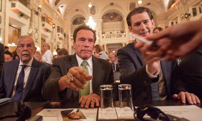 Archivbild: Beim Gipfel 2018 noch an einem Tisch, heuer virtuell zugeschaltet: Arnold Schwarzengger mit Bundespräsident Van der Bellen und Bundeskanzler Kurz.