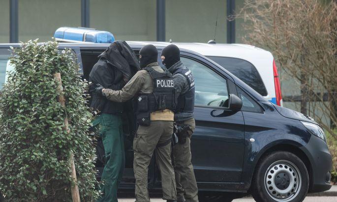 Alle zwölf festgenommenen Männer befinden sich in Untersuchungshaft.