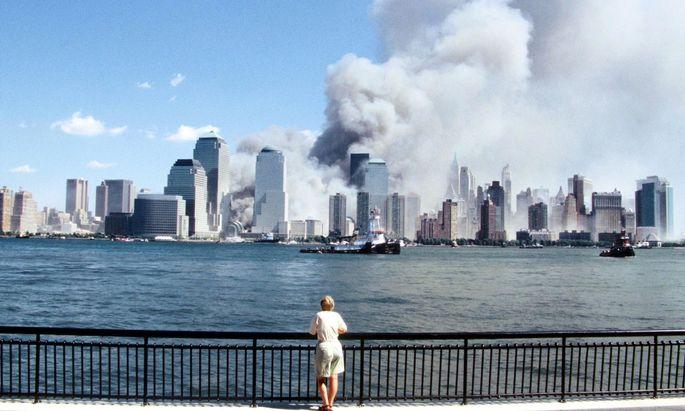 Blick auf die rauchenden Zwillingstürme des World Trade Center in New York am 11. September 2001. Der Tag hat die USA und die Welt verändert.
