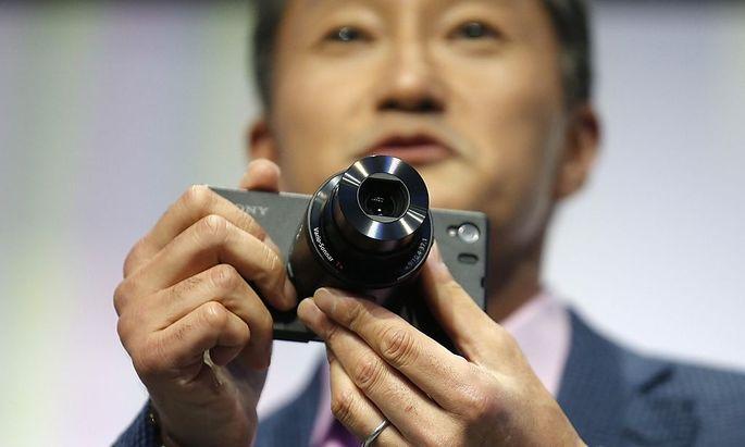 Sony zeigt sein Z1 mit dem Kamera-Aufsatz.