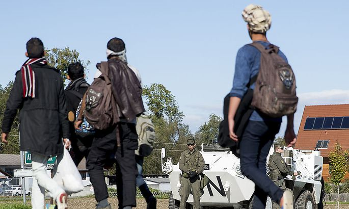 ´Spielfeld: Flüchtlinge durchbrechen Absperrung